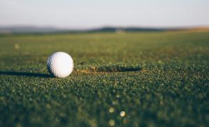 Une balle de golf sur un terrain